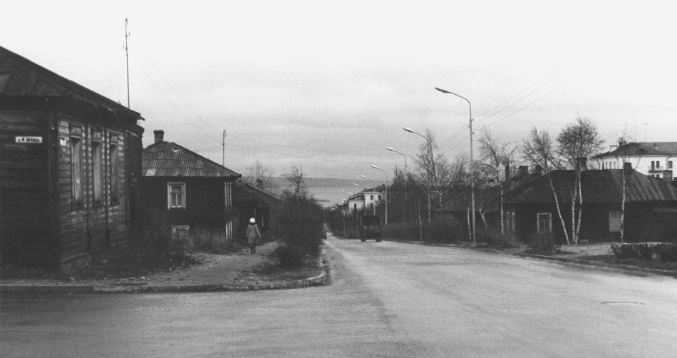 """Петрозаводск, улица Красная, 1950-е годы. Марк Полыковский: """"В одном из домов по правой стороне улицы я родился и прожил первые два года своей жизни""""."""