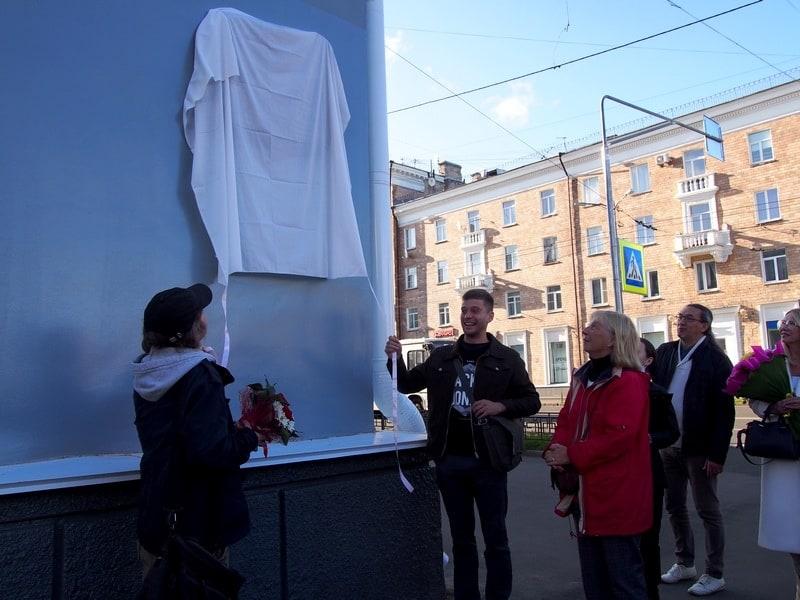 Открывают мемориальную доску внуки Виолы Мальми Ефим (слева), Степан и дочь Анита Дункерс