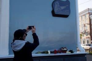 Мемориальная доска Виоле Мальми установлена на доме по проспекту Ленина, 25