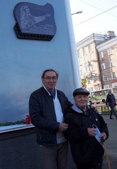 Авторы мемориальной доски - скульпторы Александр Ким (слева) и Людвиг Давидян