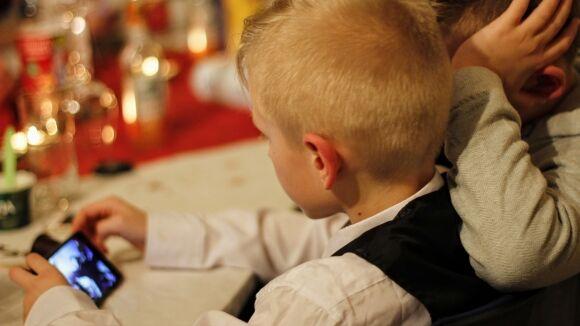 Не у каждого ребенка есть персональный компьютер, да и  смартфон не у всех учеников начальной школы. Фото: riafan.ru
