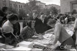 Книжный базар на проспекте Ленина в Петрозаводске. 1970 год. На таких базарах торговали все книжные магазины города. Фото Бориса Семенова