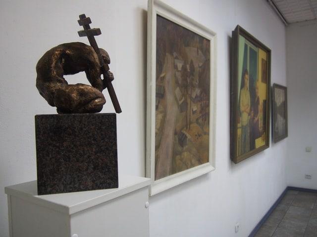 Часть экспозиции. Слева: Людвиг Давидян. Проект памятника в Красном Бору