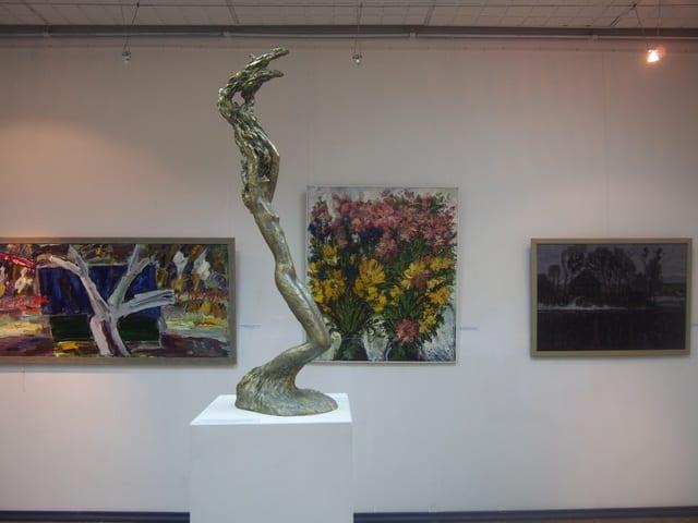Слева направо живопись Артема Стародубцева, Ильи Растатурина и Юрия Каноева. В центре скульптура Михаила Коппалева