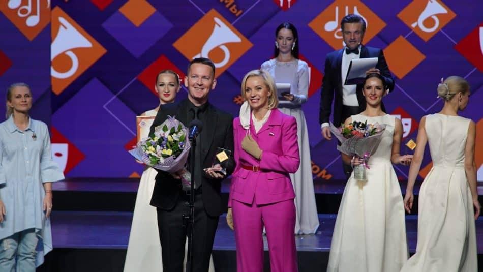 Руководитель Мужского хора Алексей Умнов получает награду