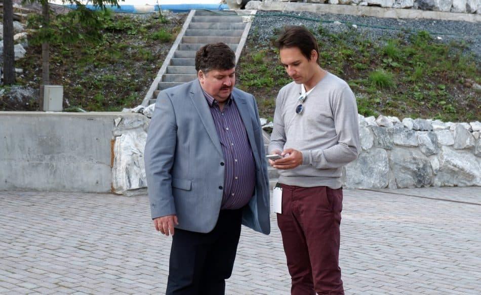 Александр Артемьев и дирижер Мариус Стравинский обмениваются контактами на фестивале Ruskeala Symphony в августе 2019 года. Фото Ирины Ларионовой