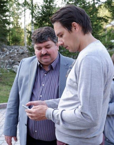 Александр Артемьев и дирижер Мариус Стравинский обмениваются контактами на фестивале Ruskeala Simfony в августе 2019 года. Фото Ирины Ларионовой
