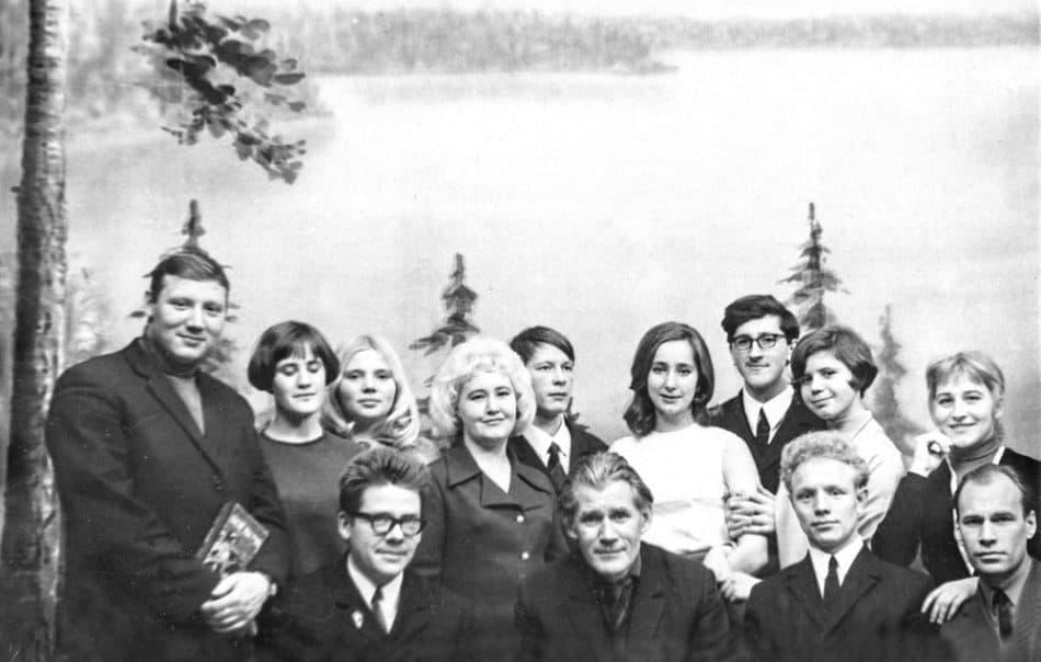 Режиссер Николай Дмитриев ( в первом ряду в центре) и актеры Народного театра при ДК ЦБК. Сегежа, 1960-е годы