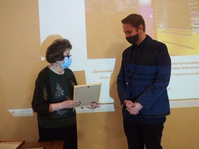 Директор Наталья Вавилова награждает Андрея Скрицкого