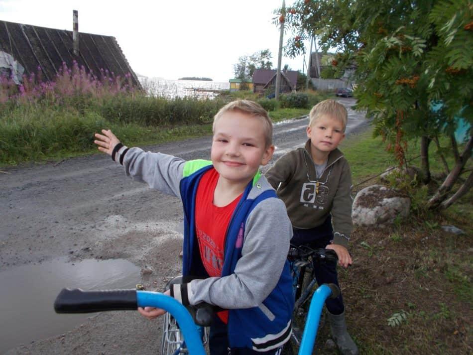 Матвей и Егорка проводят в деревне каникулы