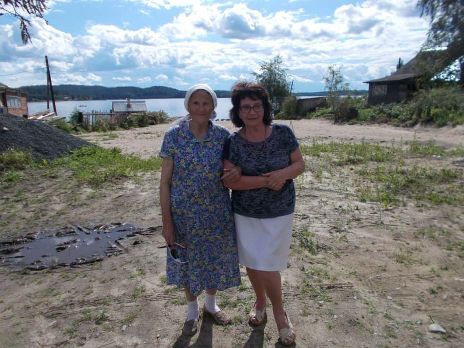 С Ниной Михайловной Мелентьевой. Она из тех немногих, кто не покидает деревню круглый год.