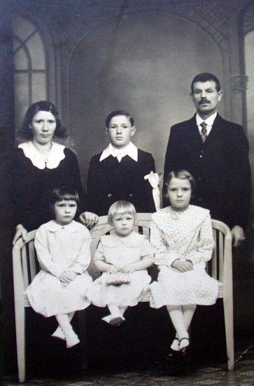 Довоенный семейный портрет. Слева направо стоят: Эльжбета (мама), Феликс (старший брат), Кайтан Черонко (глава семьи). Сидят: Станислава (средняя сестра), Жозефина (Юлия) и Полин (старшая сестра). Фото из личного архива Юлии Климчук