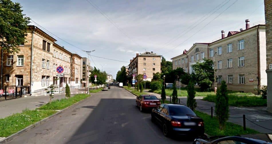 Локальный ансамбль на ул. Свердлова: слева – здание поликлиники, справа – музыкальное училище. Оба здания, корреспондирующие друг с другом, создают поперечное пространство на узкой улице.