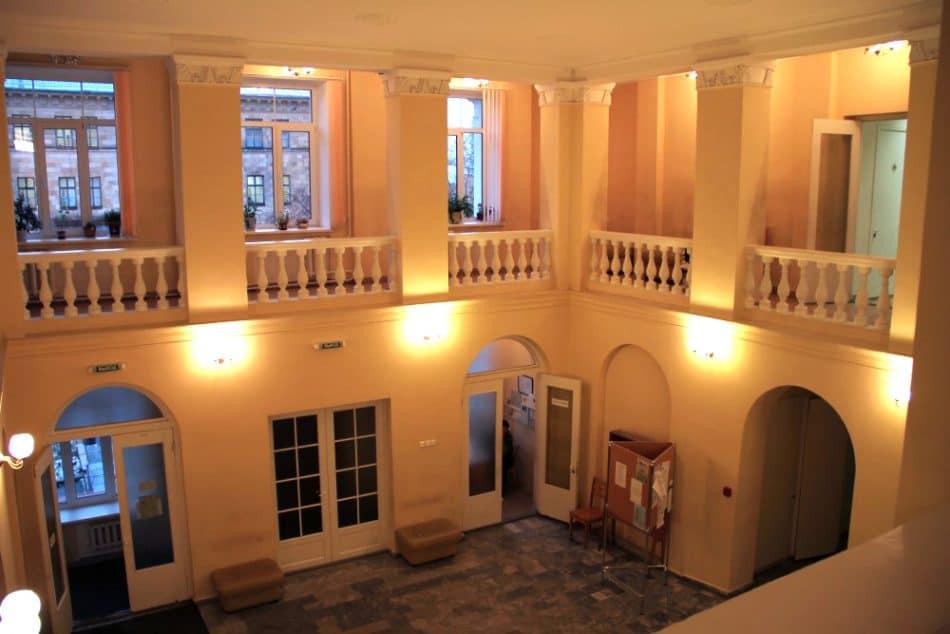 Помещение двухсветного вестибюля. Верхние окна второго уровня расположены в центральной части главного фасада здания