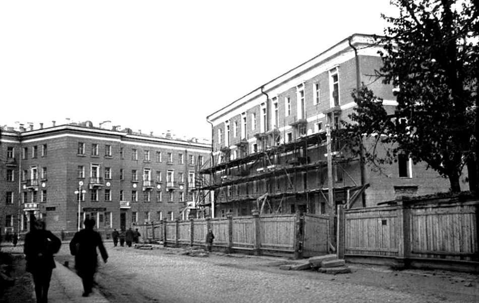 Дома на углу Свердлова и Комсомольской. 1950. Фото Е.А. Блейхмана. Нац. архив РК