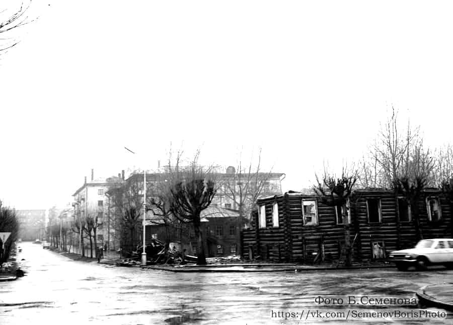 Сносят последние деревянные дома Большой Подгорной улицы. Угол Свердлова и Кирова. 1980-е. Фото Б. Семенова