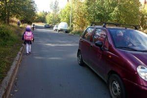 Первоклассница по дороге из школы №48 домой. Фото Ирины Ларионовой