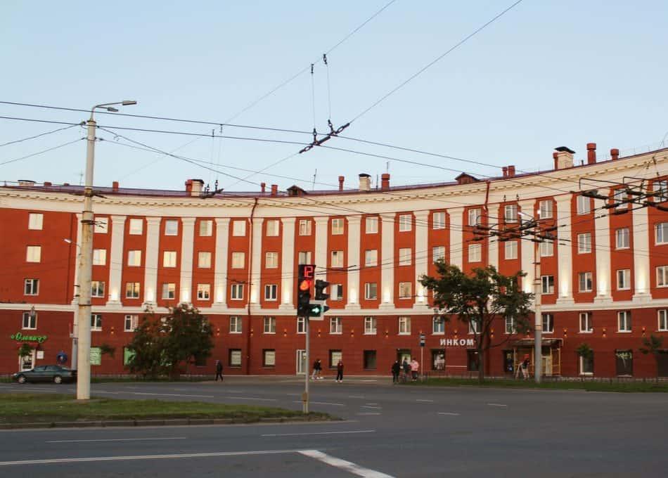 Дом на площади Гагарина в Петрозаводске, которому вернули исторический цвет и освободили от аляповатых вывесок. Фото из группы vk.com/ptz_mo