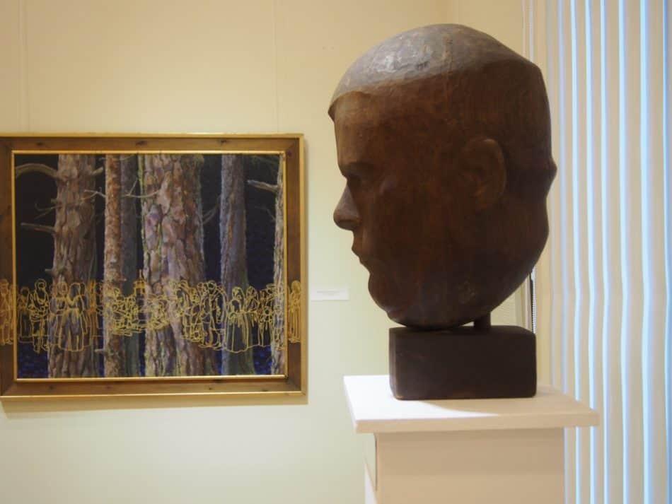 На переднем плане портрет Лео Ланкинена работы Юрия Чернова