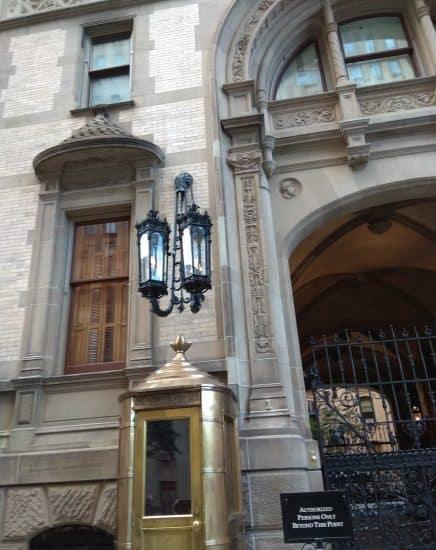 "Будка привратника, фонарь, ворота у апартаментов ""Дакота"""