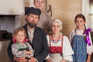 Елена и Роман Леонтьевы с детьми. Фото из семейного архива
