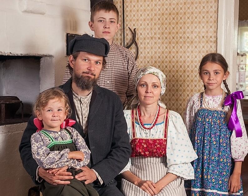 Елена и Роман Леонтьевы с детьми. Фото: Алексей Фариев