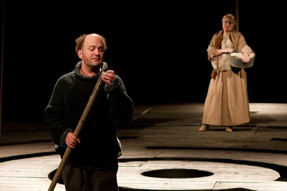 Сцена из спектакля «Волчица» в Национальном театре Карелии