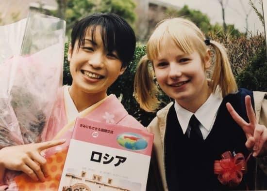"""Лиза со своей первой японской учительницей Ямазаки-сенсей. Мы подарили ей книжку о России. На обложке написано """"Россия"""""""