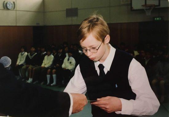 Никита получает документ об окончании японской начальной школы