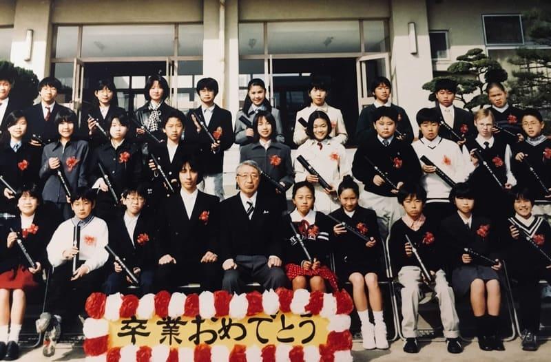 Одноклассники по начальной школе. В центре директор школы и классный руководитель Хагивара-сенсей