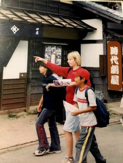 Высокая Лиза с одноклассниками на экскурсии в Киото