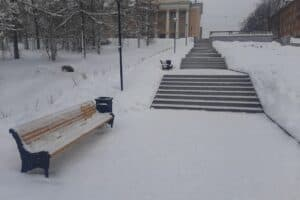 В центре Петрозаводска устанавливают новые чугунные скамейки и урны