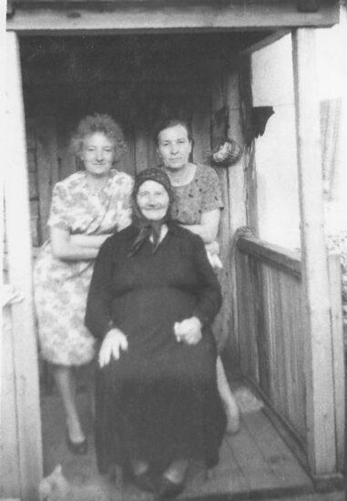 Маргарита Петровна с мамой и бабушкой. Село Старожилово Рязанской области, 1965 год