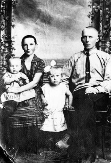 Елизавета Николаевна Лапина (Попова )и Александр Григорьевич Лапин с дочками - Розой и Майей. Лодейное Поле . 1927 год