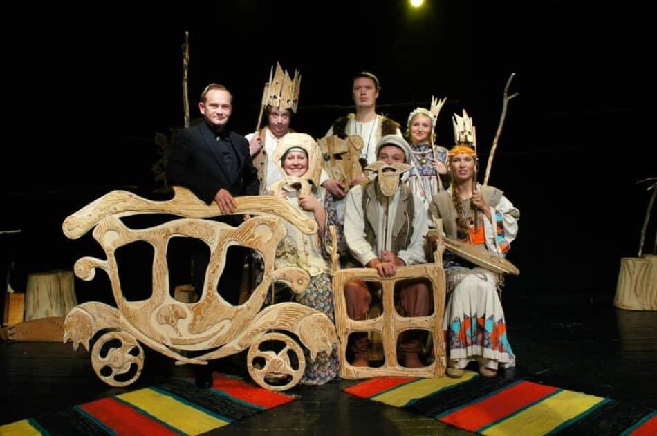 Актерский состав спектакля «Сын-Медведь» с режиссером Вячеславом Поляковым. Фото Национального театра РК
