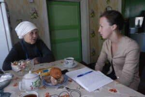 Галина Рывкина (справа) берет интервью для научной работы