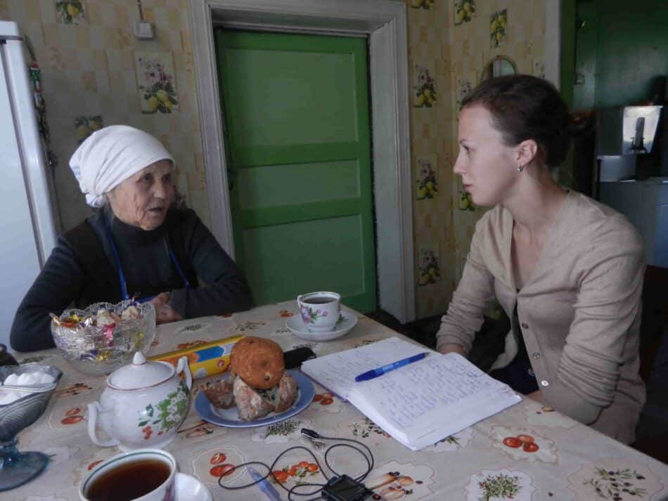 Галина Рывкина (справа) берет интервью для научной работы. Фото из личного архива