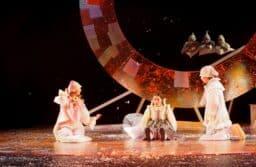 Сцена из спекаткля «Снежная королева» в Национальном театре Карелии. Фото Ирины Ларионовой