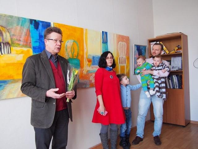 Председатель Союза художников Владимир Зорин (слева) на вернисаже