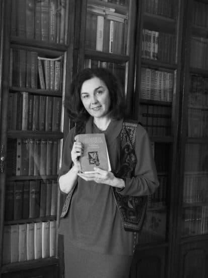 Инна Кабашная у папиного  книжного шкафа. 2021 год. Фото Ирины Ларионовой
