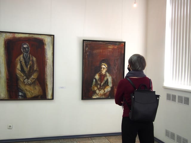 У портретов отца и матери Павла Никонова