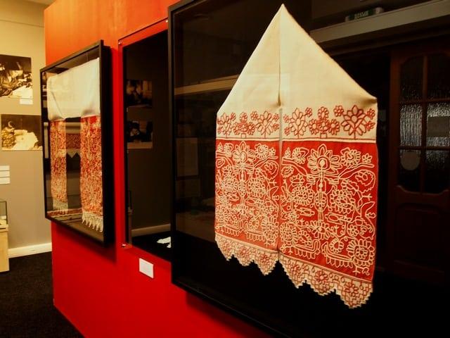 В музее «Кижи» открылась новая выставка под названием «Белее снега, краснее солнца. Вышивальщицы Заонежья». Фото Ирины Ларионовой