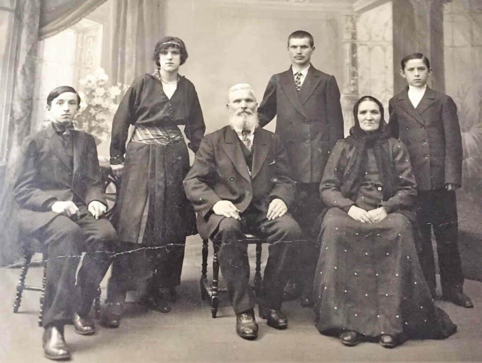 Куликовы. Предположительно 1916 год. Александра вторая слева. Фото из личного архива О. Вольфовича