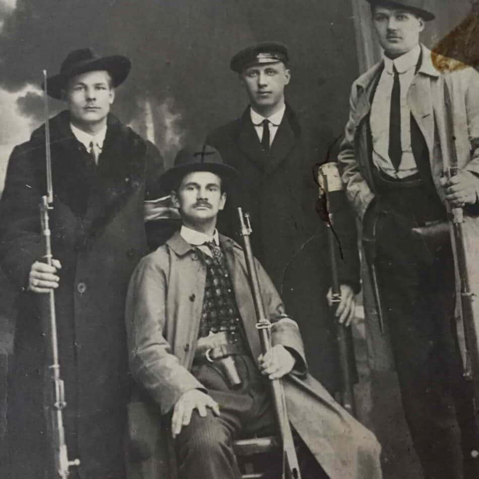 Финская милиция, 1917 год. Уно Мальмберг крайний справа. Фото из личного архива О. Вольфовича
