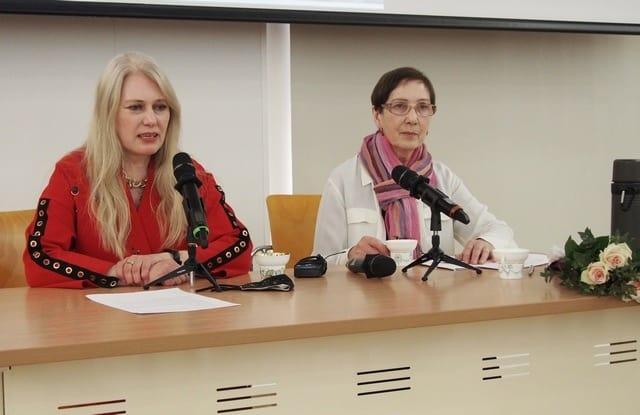 """Яна Жемойтелите (слева): """"Книга не только уходит корнями в прошлое, но и простирается на современность и будущее""""."""