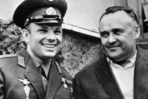 Конструктор космических кораблей Сергей Королёв (справа) и первый космонавт Юрий Гагарин