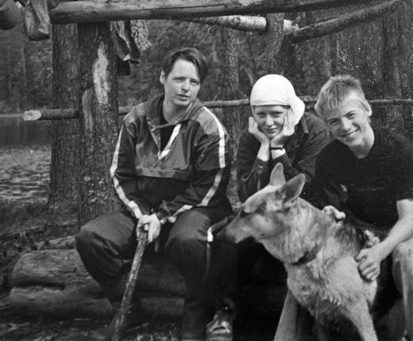 """""""Каждый год на день рождения сына Димы мы ездили отдыхать в одно и то же место под Пряжей на лесное озеро. Оля, дочь Галя, сын Дима и любимая собака Багира"""". Фото из семейного архива Макаровых"""