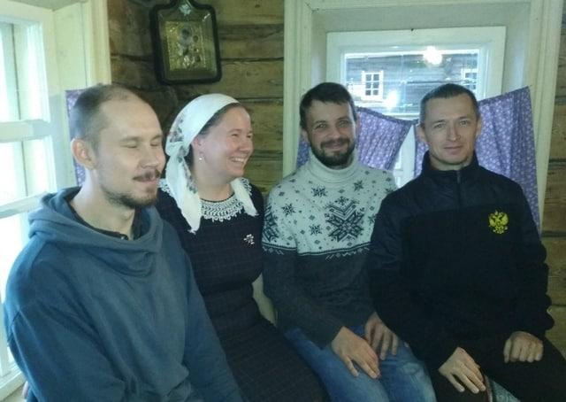 В компании с космонавтом Сергеем Николаевичем Рыжиковым (справа). Фото из семейного архива Михайловых