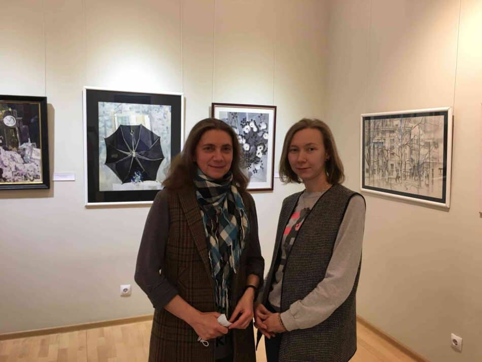 Людмила Никифорова и Ксения Еловских на выставке Александра Харитонова