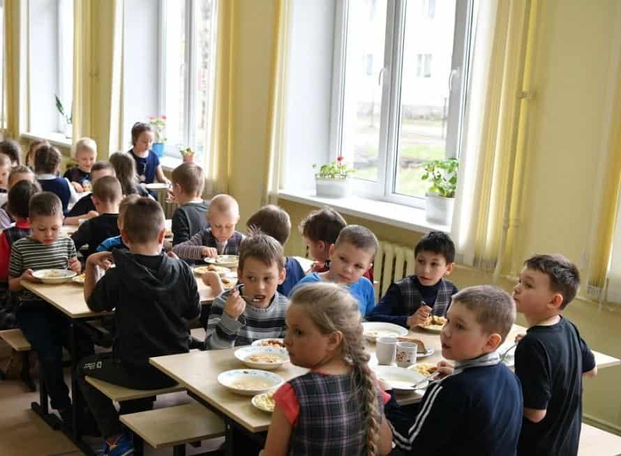 В школьной столовой Олонецкой школы №1. Фото со страницы Артура Парфенчикова
